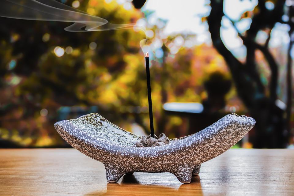 Mungkin Cerita Ini Bisa jadi Pertimbangan Buat Kamu yang Suka Membakar Dupa Aromatherapy