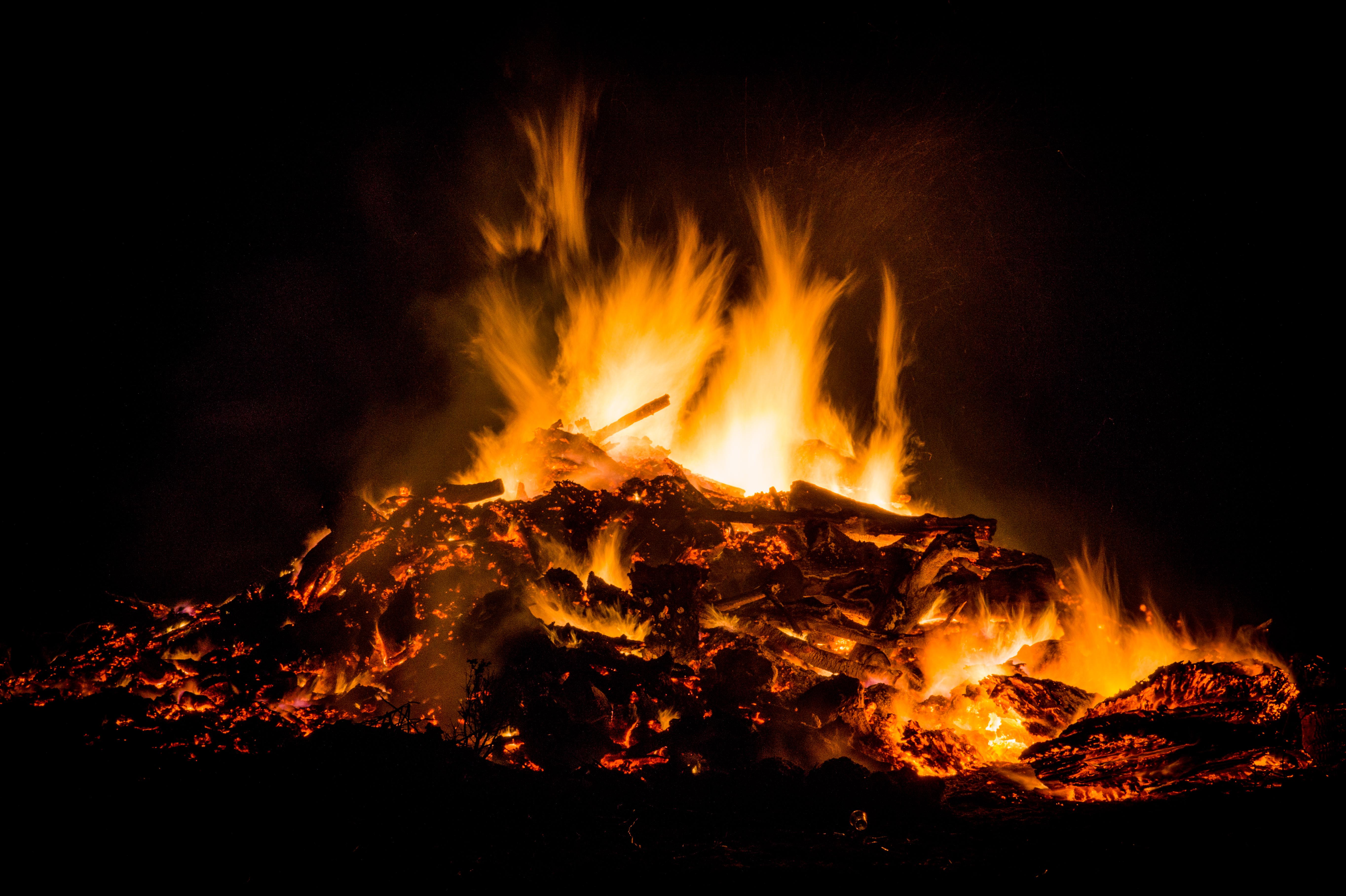 Mempersiapkan Api Unggun