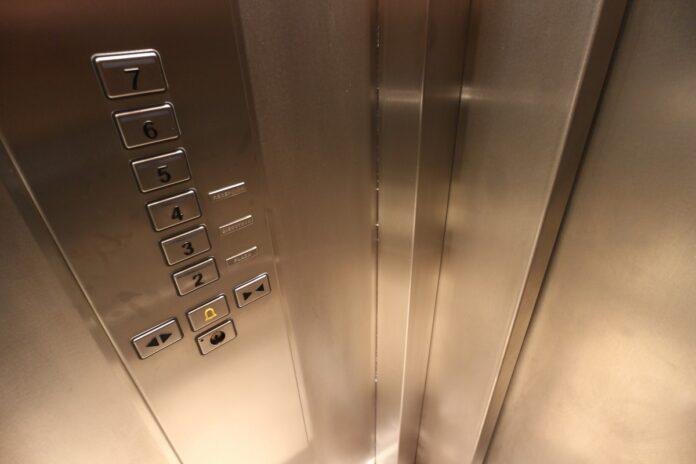 Hal-hal Tak Terduga yang Sebenarnya Bisa Kamu Lakukan Ketika Berada di Dalam Lift